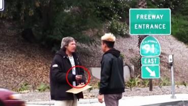 Podarował bezdomnemu mężczyźnie 350 zł. Później poszedł za nim, aby sprawdzić, na co je wydał. Ciężko uwierzyć w to, co zobaczył!