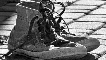 Żona była zła na męża, że nie pomaga jej w domu, jednak kiedy zobaczyła jego buty…
