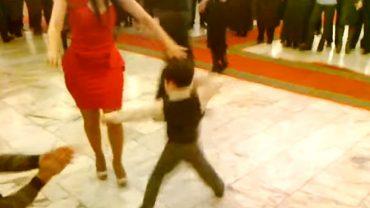 6-latek odważył się zatańczyć z kobietą w czerwonej kreacji. Zgromadzeni goście będą wspominać to wesele przez lata!