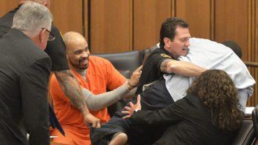 Morderca śmiał się temu zrozpaczonemu ojcu w twarz. Chwilę później policjanci nie mogli opanować sytuacji na sali rozpraw!