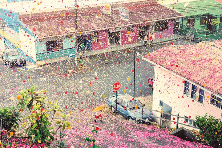 Miliony płatków kwiatów wybucha z wulkanu i spada na całą wioskę... Efekty zapierające dech.
