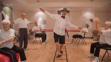 """Sześćdziesięciu Seniorów wykonuje najlepszą wersję """"Happy"""", jaką kiedykolwiek widziałem"""