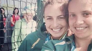 Nastolatki zrobiły sobie selfie z królową Elżbietą II. Zdjęcie robi furorę w sieci