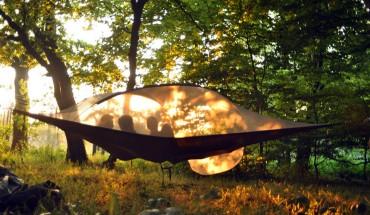 Ten niezwykły namiot pozwoli Ci spędzić noc… nad ziemią!