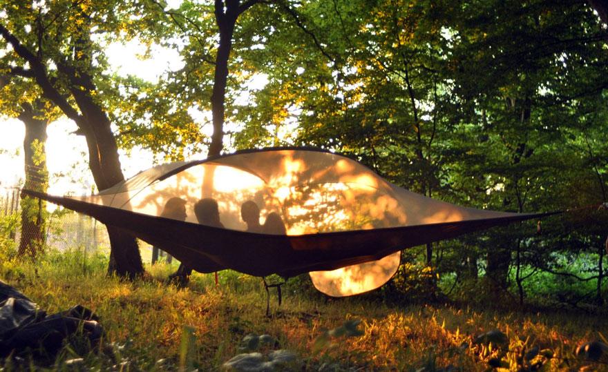 Ten niezwykły namiot pozwoli Ci spędzić noc... nad ziemią!