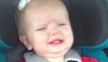 Ta mama zna bardzo prosty sposób, by dziecko przestało płakać.
