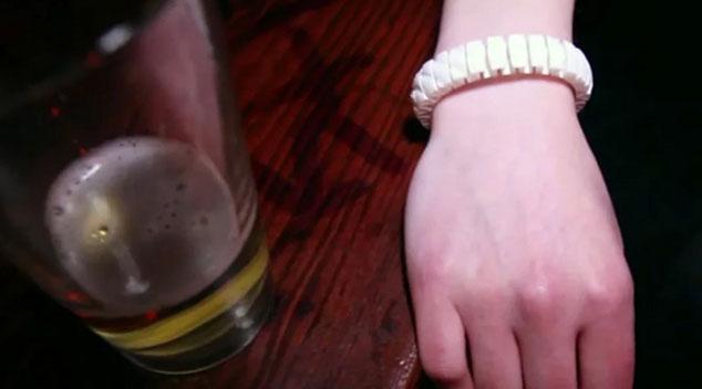 Rewelacyjny gadżet! Ta bransoletka sprawdza, ile wypiłaś alkoholu!