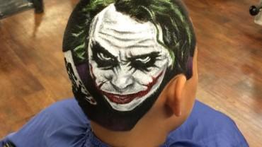 Tworzy prawdziwe dzieła sztuki… na głowach swoich klientów. Prawdziwy mistrz nożyczek!