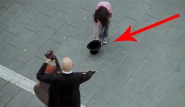 Dziewczynka dała muzykom ulicznym pieniążek. To, co otrzymała w zamian, naprawdę zachwyca!