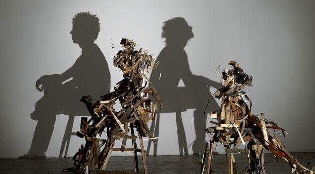 Ludzkie cienie stworzone ze śmieci! Zaskakująca wystawa w Londynie!