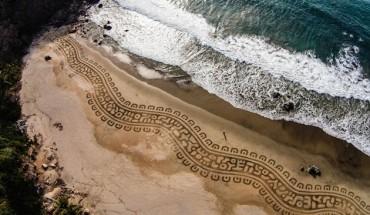 Stworzył coś z niczego na plaży, używając do tego jedynie grabi. Efekt – niesamowity!