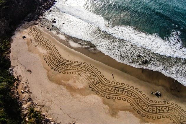 Stworzył coś z niczego na plaży, używając do tego jedynie grabi. Efekt - niesamowity!