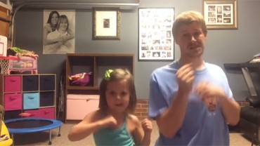 """Ojciec i córka tańczą do piosenki Taylor Swift """"Shake It Off"""". Uśmiech gwarantowany!"""