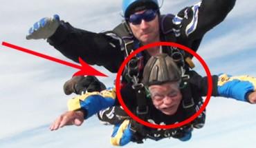 Emeryt skacze ze spadochronem! Musisz to zobaczyć!