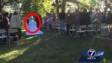 Goście weselni byli w szoku, widząc, jak ta sparaliżowana kobieta o własnych siłach idzie do ołtarza. WOOOW!