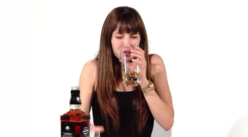 Te kobiety po raz pierwszy wąchają i piją whiskey!