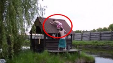Chciał pomóc przyjacielowi wspiąć się na dach chaty. To, co stało się chwilę później, bawi do łez!