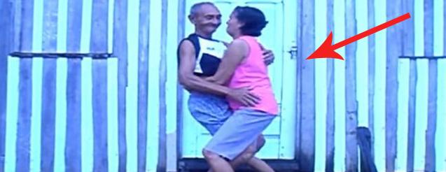 Gdy zobaczyłam, jak ci starsi ludzie tańczą, popłakałam się ze śmiechu.