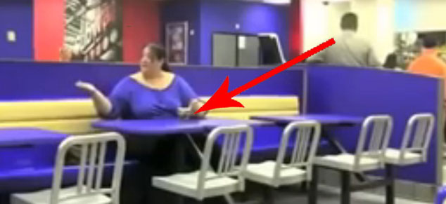 Ta kobieta naprawdę lubi lody! Nie widziałem nikogo, kto by się nimi tak zachwycał!