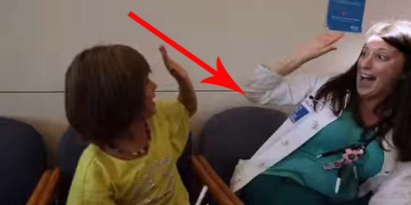 Chore dzieci mają tak mało okazji do uśmiechu. Pracownicy szpitala dziecięcego postanowili to zmienić! Zobaczcie jak!