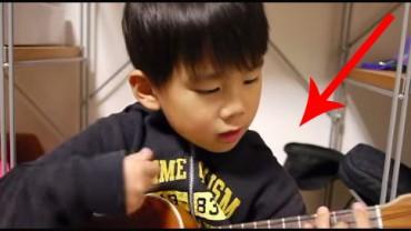 Ten mały chłopiec nie zna słów piosenki, którą wykonuje, ale za to jak pięknie gra na ukulele.