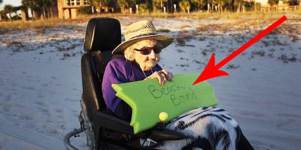 100 - letnia kobieta po raz pierwszy widzi ocean! Jej marzenie wreszcie się spełniło!