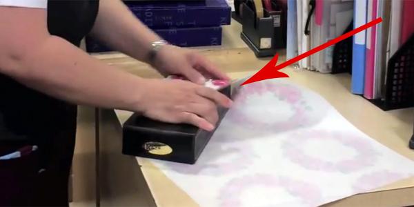 Nie lubisz pakowania prezentów? Dzięki temu sposobowi stanie się to dziecinnie proste!