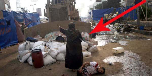 Kobieta w Egipcie zatrzymała buldożer. Zobacz, dlaczego to zrobiła!