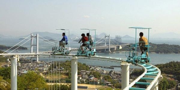 Szalona kolejka górska w Japonii. Odważysz się nią pojechać?
