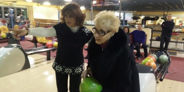 84-letnia babcia pierwszy raz poszła na kręgle. Zobacz jaki wynik uzyskała. Nie uwierzysz!