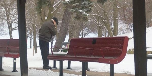 Ta ławka ma dla niego ogromne znaczenie... Codziennie przychodzi i składa na niej kwiaty!