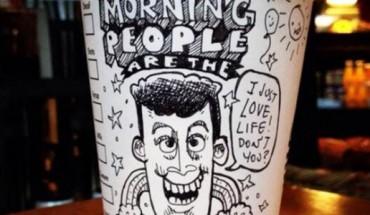 Ten artysta poprawi ci humor… kubkiem kawy! Zobacz jego świetne prace rysowane, na papierowych kubkach.