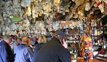 Przyszedł do baru i przyczepił banknot do ściany lokalu… Nie spodziewał się tego, co wydarzy się później!