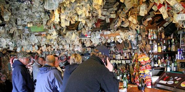 Przyszedł do baru i przyczepił banknot do ściany lokalu... Nie spodziewał się tego, co wydarzy się później!
