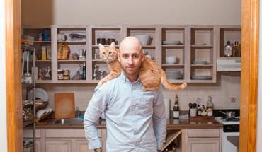 Fotograf łamie stereotyp starej panny z kotem. Zobacz w jaki sposób!