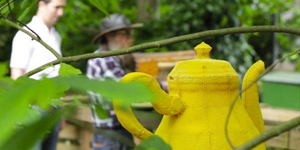 Z pozoru to zwykły żółty czajnik... Jak się dowiesz, przez kogo został wykonany, zaniemówisz z wrażenia!
