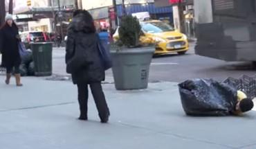 Ludzie zignorowali zmarznięte dziecko leżące na ulicy… Wtedy pojawił się on, i stało się coś nieprawdopodobnego!