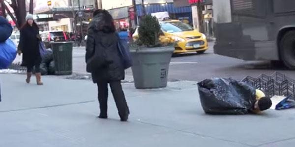 Ludzie zignorowali zmarznięte dziecko leżące na ulicy... Wtedy pojawił się on, i stało się coś nieprawdopodobnego!