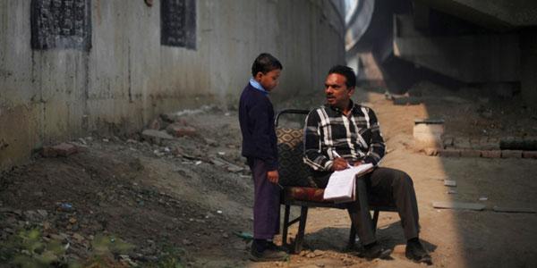 Ten człowiek to prawdziwy bohater! To, co robi dla biednych dzieci w Indiach, jest godne podziwu!