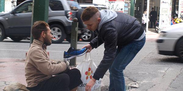 Ten mężczyzna kupił bezdomnemu nową parę butów! Jego reakcja mówi wszystko!