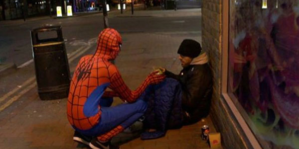 Ubrany w strój Spider-Mana, każdej nocy pomaga bezdomnym! Swoim zachowaniem dowodzi, że każdy z nas może być superbohaterem!