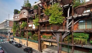 Ten budynek, pełen roślinności mieści się w centrum miasta. Pięknie wygląda i spełnia różne pozytywne funkcje.