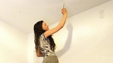 Wydawać by się mogło, że ta kobieta maluje ściany na biało. Jednak kiedy wyłączy światło… WOW!