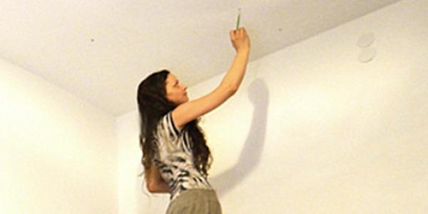 Wydawać by się mogło, że ta kobieta maluje ściany na biało. Jednak kiedy wyłączy światło... WOW!