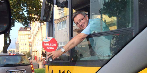 Wesoły kierowca poprawia nastrój pasażerów komunikacji miejskiej w Warszawie. Posłuchaj kilku jego wypowiedzi.