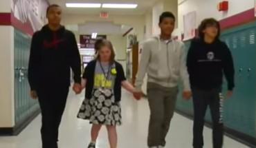 Prześladowana dziewczynka znalazła obrońców! Postawa tych chłopców jest niesamowita!