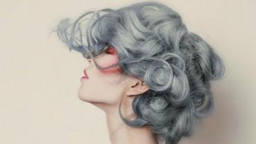 Te kobiety postanowiły zafarbować się na srebrno, a może na siwo… Zobaczcie efekty!