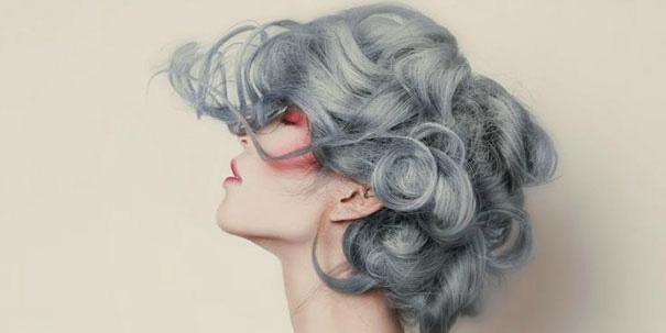 Te kobiety postanowiły zafarbować się na srebrno, a może na siwo... Zobaczcie efekty!
