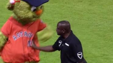 Maskotka drużyny z Houston nie reagowała na upomnienia ochroniarza! Zobacz, do czego się posunął, aby ją zawstydzić!