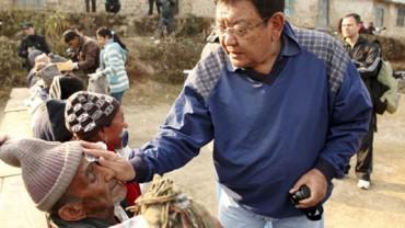 Ten lekarz nie ma super mocy, ale czyni cuda! Zmienił życie już ponad 100 000 ludzi!